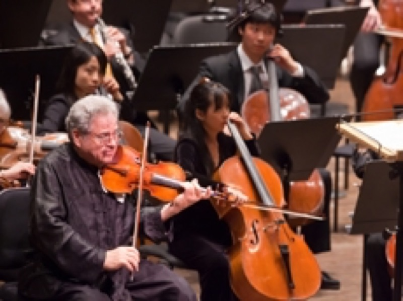 Itzhak Perlman performing with the New York Philharmonic Photo: Chris Lee
